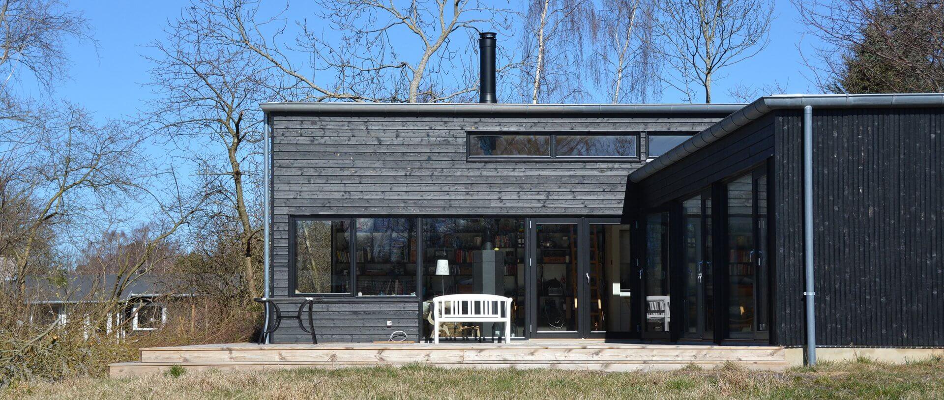 arkitekttegnet sommerhus sort træværk